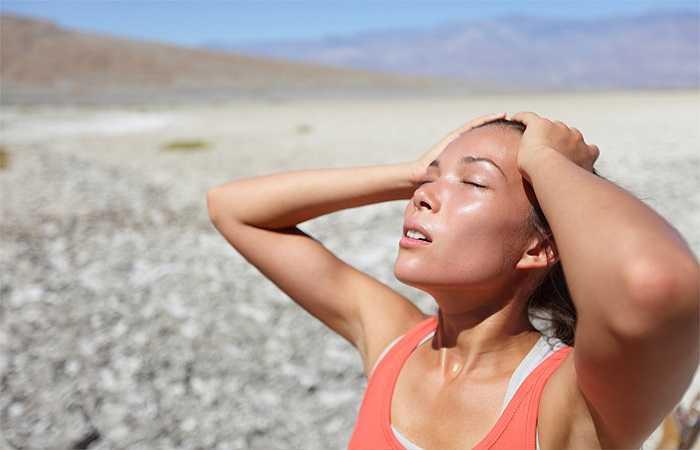 Tập thể dục khi đang đau nhức, và bạn đã đổ mồ hôi hay run: Đó đều là dấu hiệu báo hiệu bạn có thể bị sốt, nó thể hiện cơ chế bảo vệ cơ thể của bạn để chống nhiễm trùng. Việc này đốt cháy một lượng lớn calo. Khi bạn nhấn vào phòng tập thể dục lúc bị sốt có thể bị ngất xỉu và kiệt sức.