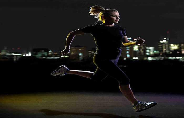 Tập thể dục khi quá muộn: Nhiều bạn có thói quen tập thể dục trước khi đi ngủ nhưng sự thật khi bạn tập thể dục trước khi đi ngủ (trong vòng 3 tiếng trước khi bạn bắt đầu ngủ) sẽ khiến thân nhiệt bạn tăng lên, nhịp sinh học cơ thể bị xáo trộn làm cho bạn khó ngủ, giấc ngủ chập chờn, không sâu giấc.