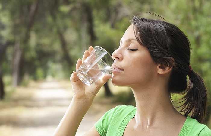 Tập thể dục khi miệng bị khô: Miệng khô khan có thể là dấu hiệu của sự mất nước. Việc tập luyện cũng khiến bạn đổ mồ hôi và bị mất nước. Bởi thế, rõ ràng chúng không phải là một sự kết hợp tuyệt vời. Khi cảm thấy miệng khô, bạn nên dừng tập luyện và dùng một thứ thức uống (như trà hay nước hoa quả, không nên uống cà phê hay rượu) để thay thế.