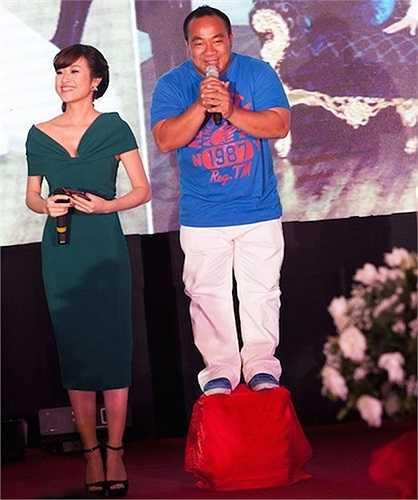 Chàng diễn viên Hiếu Hiền nhí nhảnh đứng lên ghế để có thể cao hơn MC nữ bên cạnh khi dẫn chương trình đám cưới của người bạn Tuấn Hưng.