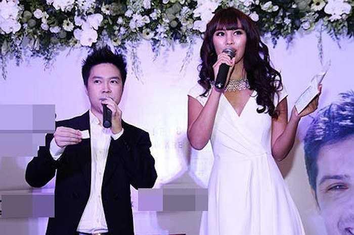 Trong một sự kiện diễn ra ở TP.HCM, siêu mẫu Hà Anh có dịp đứng chung sân khấu với Lê Hiếu. Chiều cao chênh lệch của cả hai rất rõ rệt nhưng dường như chàng ca sỹ vẫn tự tin tung hứng ăn ý với người đẹpcao 1,75m