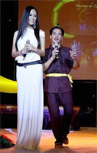 Trong chương trình Vầng trăng cho em, Xuân Bắc nhỏ bé khi dẫn chương trình cùng Hoa hậu Việt Nam 2006 Mai Phương Thúy.