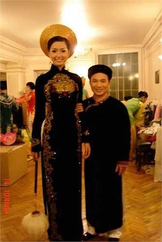Với chiều cao 1,79m lúc mới đăng quang, Mai Phương Thúy trông giống người khổng lồ khi đứng cạnh nam ca sỹ Quang Linh.