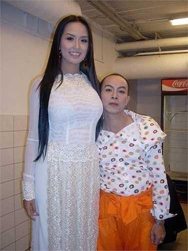 Nghệ sỹ hài Đức Hải nép mình bên bờ vai Hoa hậu VIệt Nam 2008.