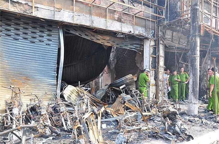 Đến thời điểm này cơ quan chức năng xác định có một người tử vong, hai quán karaoke và một cửa hàng xe gắn máy bị thiêu hoàn toàn, 6 căn khác bị cháy xém, ảnh hưởng. (Ảnh Sỹ Hưng)