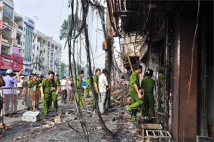 Nhiều người phát hiện cháy lớn liền hô hoán nhau bỏ chạy ra ngoài thoát thân. (Ảnh Sỹ Hưng)