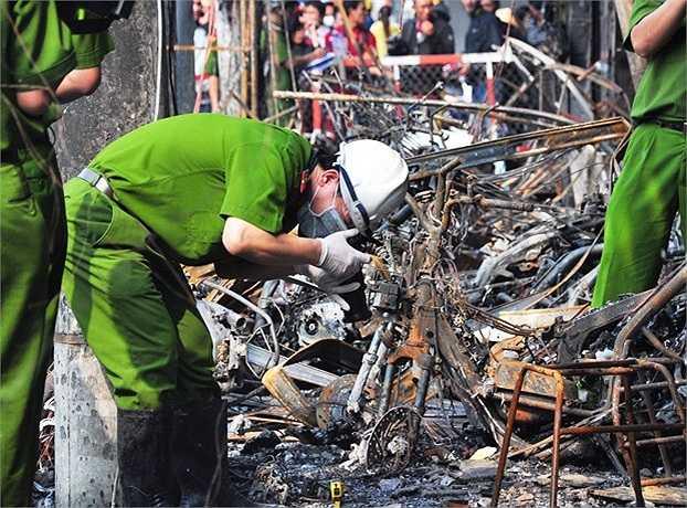 Đến khoảng 23h30 đêm 30/12, ngọn lửa cơ bản mới được dập tắt. (Ảnh Sỹ Hưng)