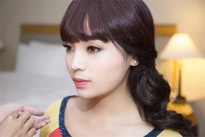 Mái tóc của người đẹp được để mái bằng và uốn xoăn nhẹ.