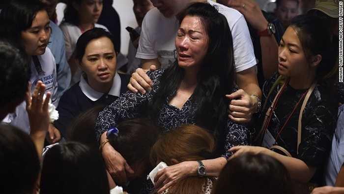 Thân nhân các hành khách khóc thét trong đau đớn khi nghe tin ở sân bay quốc tế Juanda, Indonesia