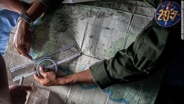 Binh sĩ Indonesia vạch đường tìm kiếm máy bay trên tấm bản đồ