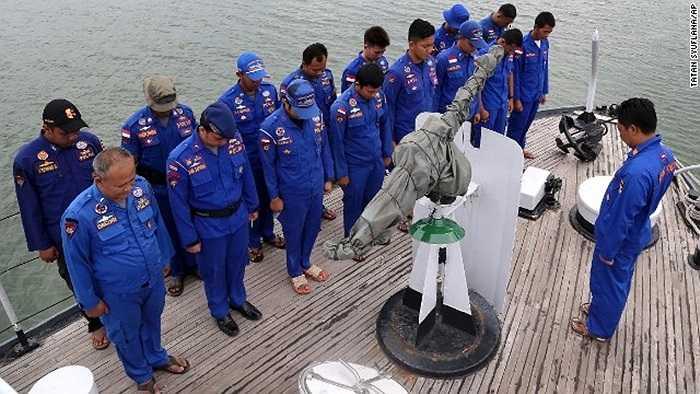 Thành viên tàu cảnh sát biển Indonesia cầu nguyện trước khi ra khơi tìm kiếm