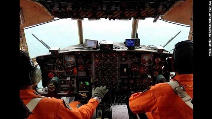 Quang cảnh bên trong khoang lái của phi cơ quân sự Indonesia tham gia tìm kiếm