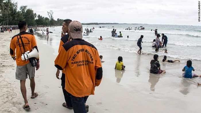 Thành viên Ủy ban phòng chống thiên tai Indonesia tìm kiếm các dấu hiệu từ bãi biển