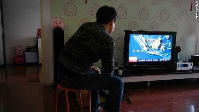 Jiang Hui, người có thân nhân mất tích trong chuyến bay MH370 của Malaysia Airline theo dõi thông tin tìm kiếm QZ8501