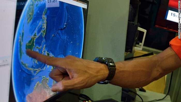 Cán bộ Ủy ban tìm kiếm cứu nạn Quốc gia Indonesia chỉ vào nơi QZ8501 biến mất trên bản đồ