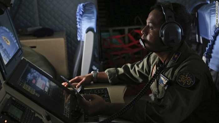 Thành viên Hải quân Indonesia làm việc trên các tàu tìm kiếm QZ8501