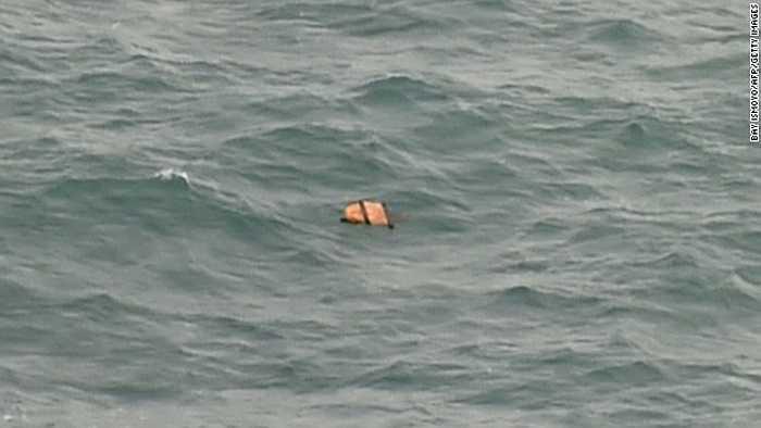 Một phần mảnh vỡ của máy bay trên biển Java