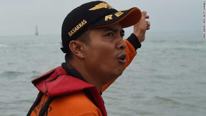 Nhân viên lực lượng tìm kiếm cứu nạn Indonesia trên những con tàu tìm kiếm QZ8501
