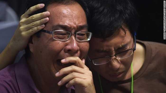 Người thân hành khách của chuyến bay QZ8501 động viên lẫn nhau