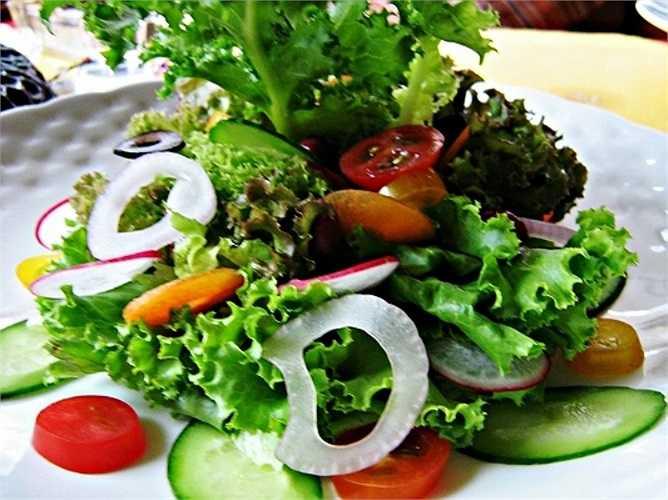 10. Ăn ít chất xơ: Chất xơ trong thực phẩm có tác dụng giữ cho hệ tiêu hóa hoạt động tốt, đồng thời thúc đẩy quá trình loại bỏ chất thải diễn ra đúng cách. Thiếu chất xơ trong khẩu phần ăn uống sẽ làm bạn bị táo bón. Nhiều nhà nghiên cứu cho rằng việc ăn không đủ chất xơ có thể là nguyên nhân của bệnh ung thư ruột và ruột kết.
