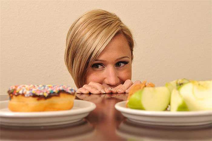 2. Ăn uống kém vệ sinh: Việc thường xuyên ăn uống tại các quán xá vỉa hè, nhà hàng kém vệ sinh hay mua thực phẩm không rõ nguồn gốc... đều là nguyên nhân dẫn đến các bệnh như đau bụng, tiêu chảy, nhiễm khuẩn đường ruột...