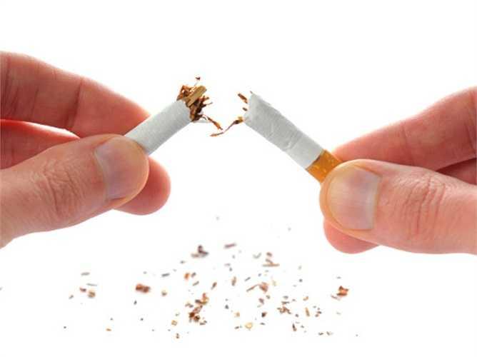 6. Hút thuốc lá: Trong mỗi điếu thuốc chứa tới 4.000 hợp chất hóa học, trong đó có hàng trăm loại là những chất độc hại. Thuốc lá gây hại cho tất cả các bộ phận của hệ tiêu hóa, ngoài ra còn làm tăng nguy cơ mắc bệnh Crohn (một tình trạng viêm nhiễm ở đường tiêu hóa) và có thể gây sỏi mật.