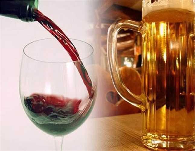 9. Uống nhiều bia rượu: Chất cồn trong bia rượu kích thích tạo hưng phấn, sảng khoái cho người sử dụng, làm họ không thấy thèm ăn. Chính vì vậy, những người nghiện rượu thường ăn ít và bị suy dinh dưỡng. Chất cồn còn cản trở sự bài tiết axit, gây trở ngại cho việc hấp thu các dưỡng chất và làm suy giảm hoạt động của bao tử.
