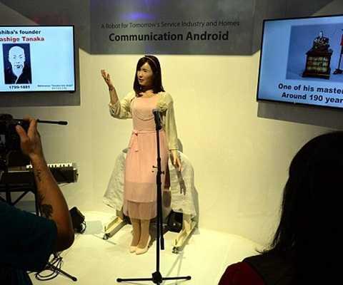Cô robot này có thể hát, nói chuyện và cử động tay chân