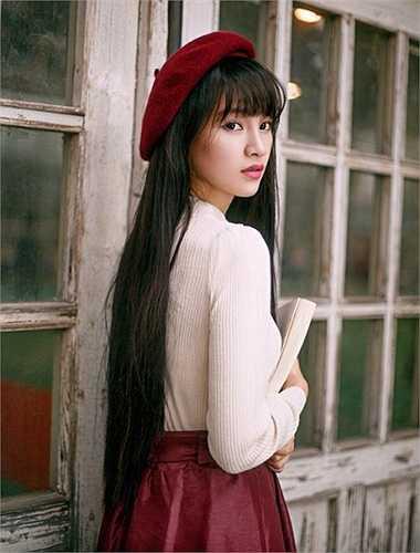 Hoa khôi có mái tóc đen dài, gây ấn tượng với vẻ đẹp cá tính, mạnh mẽ, luôn tích cực chụp ảnh quảng bá cho trường mình.