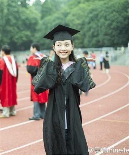 Ngô Thiến, sinh năm 1992, tốt nghiệp chuyên ngành diễn xuất của khoa nghệ thuật ĐH Vũ Hán năm 2014.
