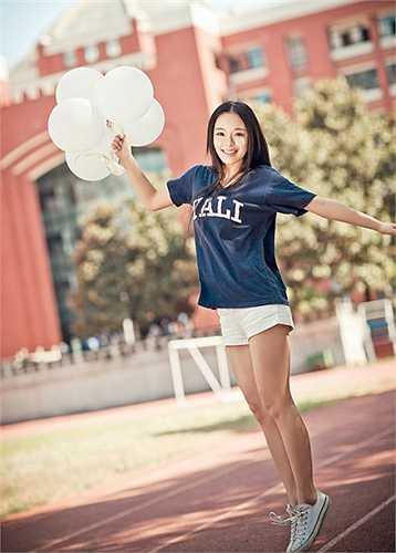 Cô gái cao 1m68 còn chinh phục cộng đồng mạng bằng trí thông minh khi giành chiến thắng trong game show Who's still standing trên đài Giang Tô.
