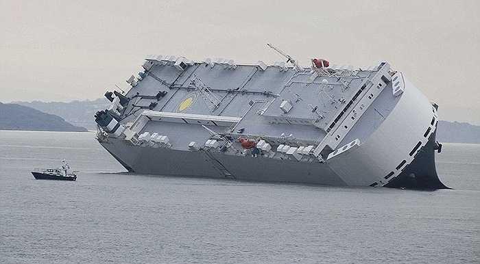 Hoegh Osaka, chiếc tàu chuyên chở ô tô (treo cờ Singapore) dài 180m, rộng 32m, tải trọng 51.000 tấn bị nghiêng góc hơn 45 độ bên bờ biển Bramble, gần Southampton, miền Nam nước Anh từ hôm 4/1.