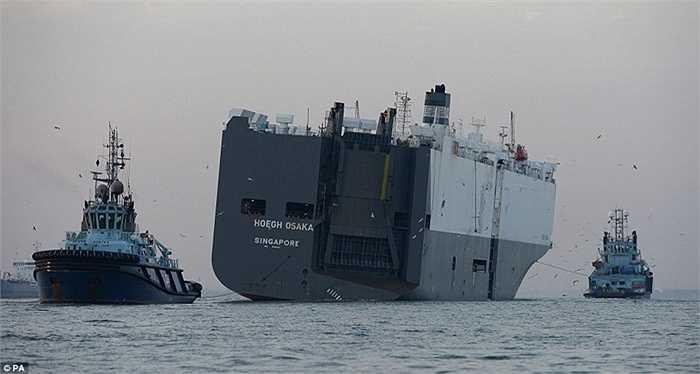 Khoảng 3000 tấn nước đã tràn vào qua một lỗ thủng bên mạn phải con tàu. Công việc cứu hộ, gồm dùng đối trọng để dựng thẳng con tàu và kéo về cảng có tiến triển tốt hơn dự kiến. 25 thủy thủ đoàn cũng được cứu thoát an toàn.