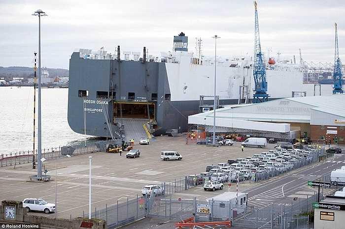 Hôm 22/1, tàu được kéo về cảng Southampton và tiếp tục việc gia cố, sắp xếp lại hàng hóa để nó giữ trạng thái cân bằng, trước khi dỡ toàn bộ hàng xuống bến để tàu lên đà sửa chữa.