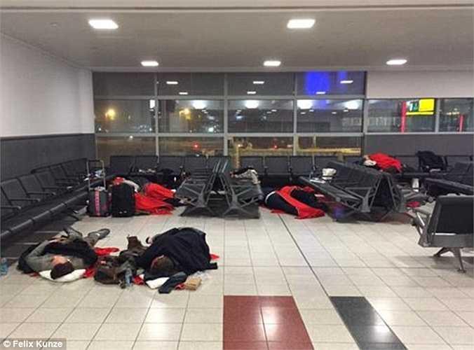 Trận bão tuyết lịch sử đang càn quét qua một loạt bang ở Đông Bắc Mỹ khiến giao thông bị tê liệt. Hàng trăm chuyến bay phải hoãn lại khiến hành khách vạ vật ở các sân bay trong đó có sân bay John F Kennedy (Newyork).