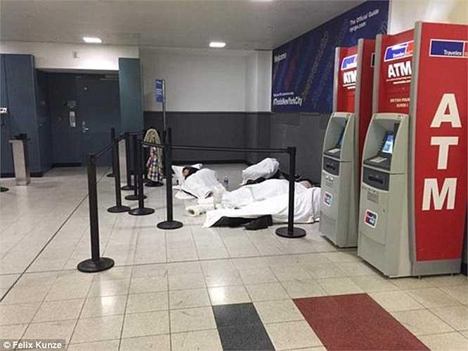 Nhiều hành khách trên chuyến bay của hãng Virgin Atlantic đã phải ngồi trên máy bay 6 tiếng đồng hồ do tuyết rơi dày. Sau đó, họ xuống máy bay nhưng không lấy được hành lý và được phát voucher đồ ăn 15 USD.