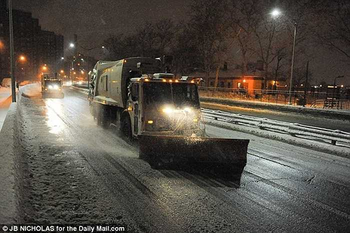 Tại nhiều thành phố gồm cả Washington DC, máy xúc tuyết và máy rải muối được huy động để dọn tuyết.