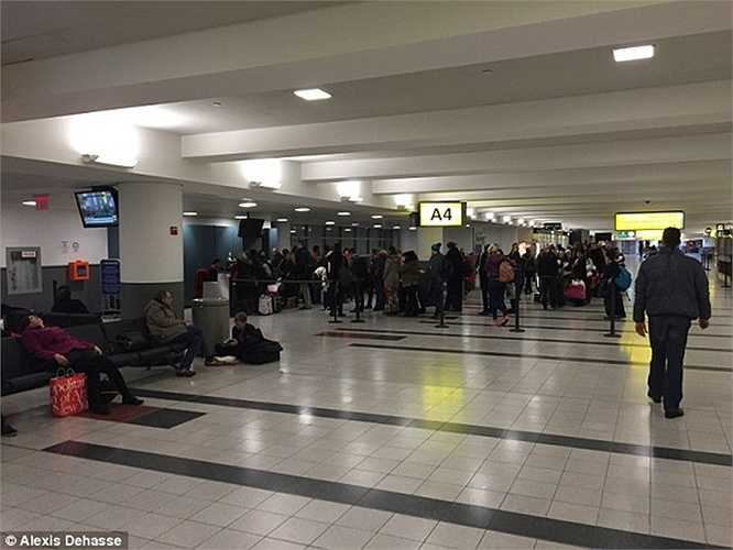 Nhiều hành khách mong ngóng, cập nhật thông tin liên tục về chuyến bay, tình hình thời tiết để xem chuyến bay có khởi hành được không