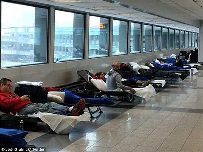 Tại sân bay LaGuardia (Newyork), hành khách bị mắc kẹt được phát giường tạm nên có thể ngủ qua đêm trong sảnh chờ.