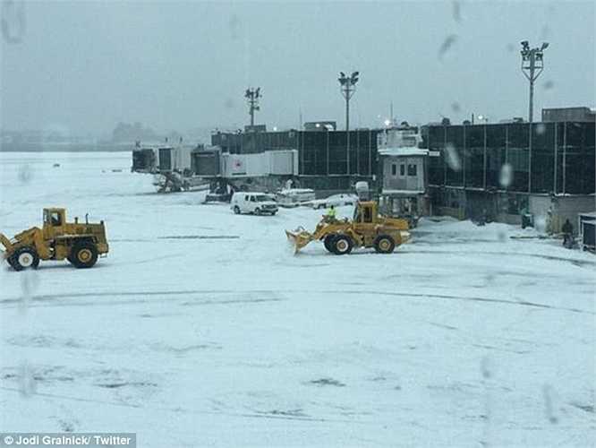 Các xe cào tuyết, dọn tuyết hoạt động liên tục để các máy bay có thể cất cánh