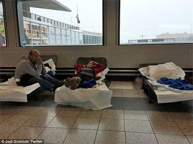 Hai du khách người Anh David và Catherine Haycock đến từ Manchester bị mắc kẹt tại sân bay mô tả: 'Tình hình như thảm họa vậy'.