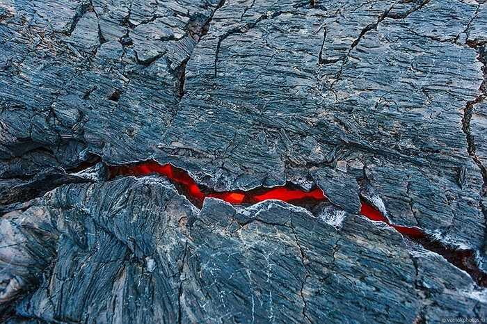 Dòng dung nham lỏng, nóng vẫn chảy bên dưới các lớp cứng