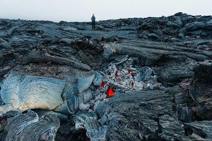 Dung nham chảy âm ỉ bên dưới lớp đá cứng