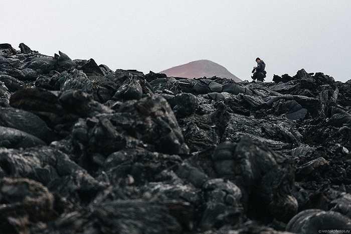 Nhiếp ảnh gia chụp hình trong núi lửa