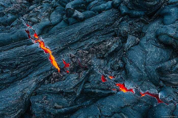 Các lớp đá nguội rạn nứt lộ dòng dung nham