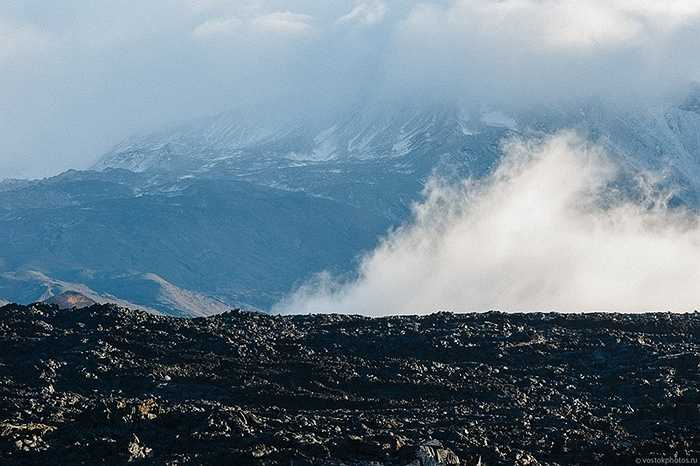 Khói bốc lên từ lòng núi lửa Tolbachik