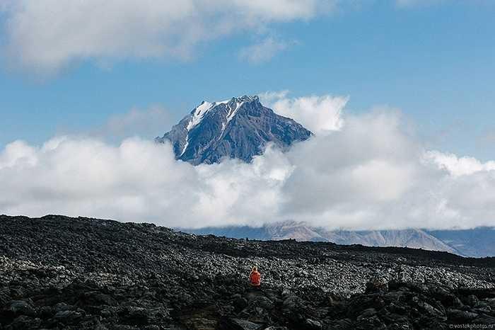 Khói, mây và các ngọn núi đan xem vào nhau tạo nên vẻ đẹp độc đáo của Tolbachik