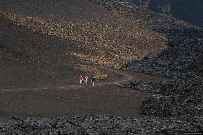 Các nhà thám hiểm dạo chơi trong lòng núi lửa