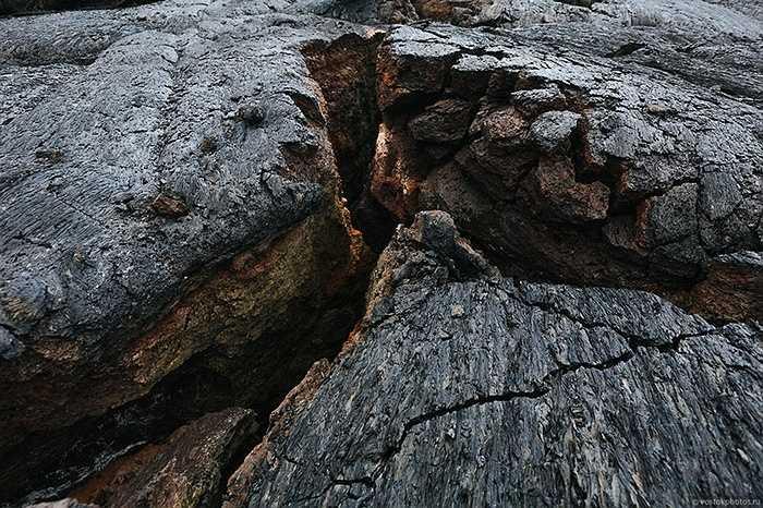 Những tảng nham thạch đã nguội lạnh bị nứt vỡ