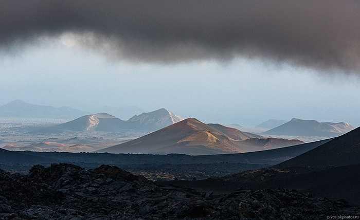 Những ngọn núi nhấp nhô nhìn từ lòng núi lửa Tolbachik